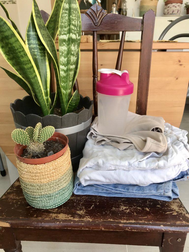 Vasos e roupas recebida através do grupo de doações. Cadeira que dei através o grupo .