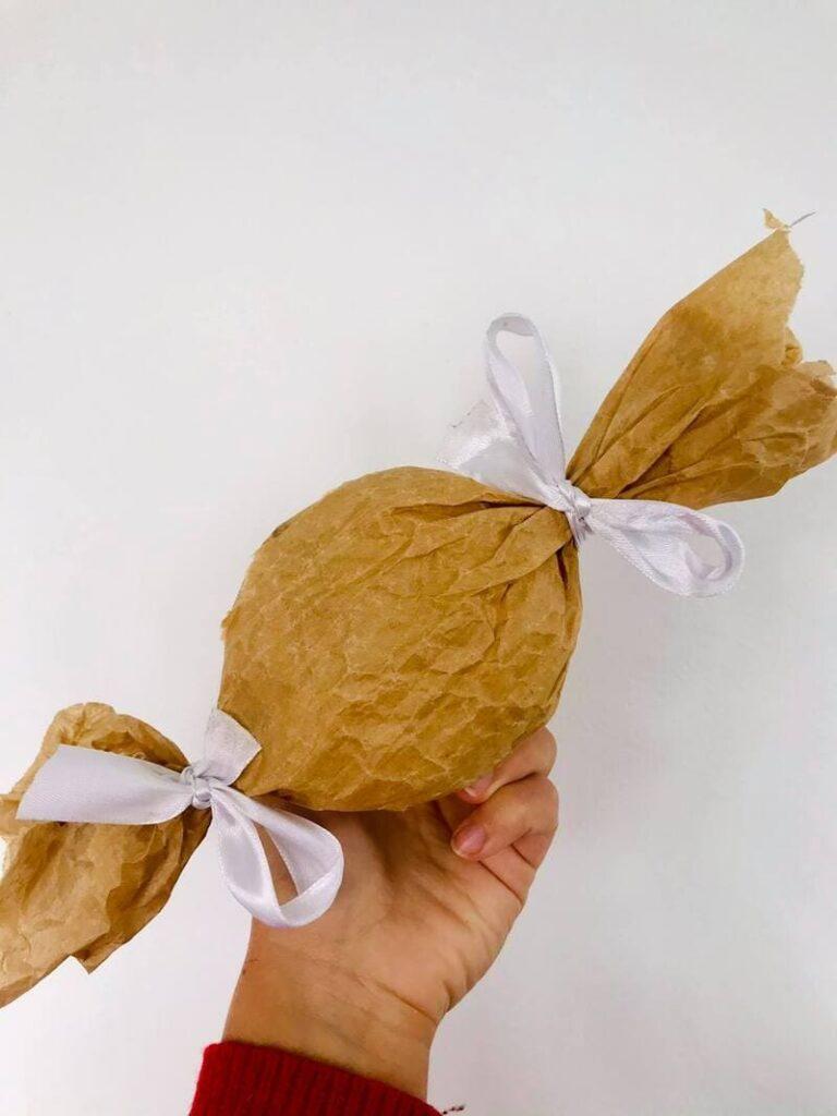 prenda embrulhada em papel reutilizado