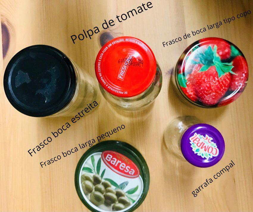 varios tipos de frascos de vidro reutilizados para armazenar alimentos